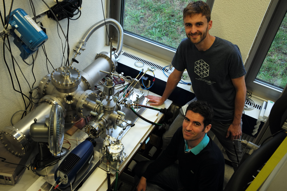 The researchers Jens Ammann and Patrick Ruch with the experimental setup with which they characterised the heat and mass transport in the sorption heat exchangers.