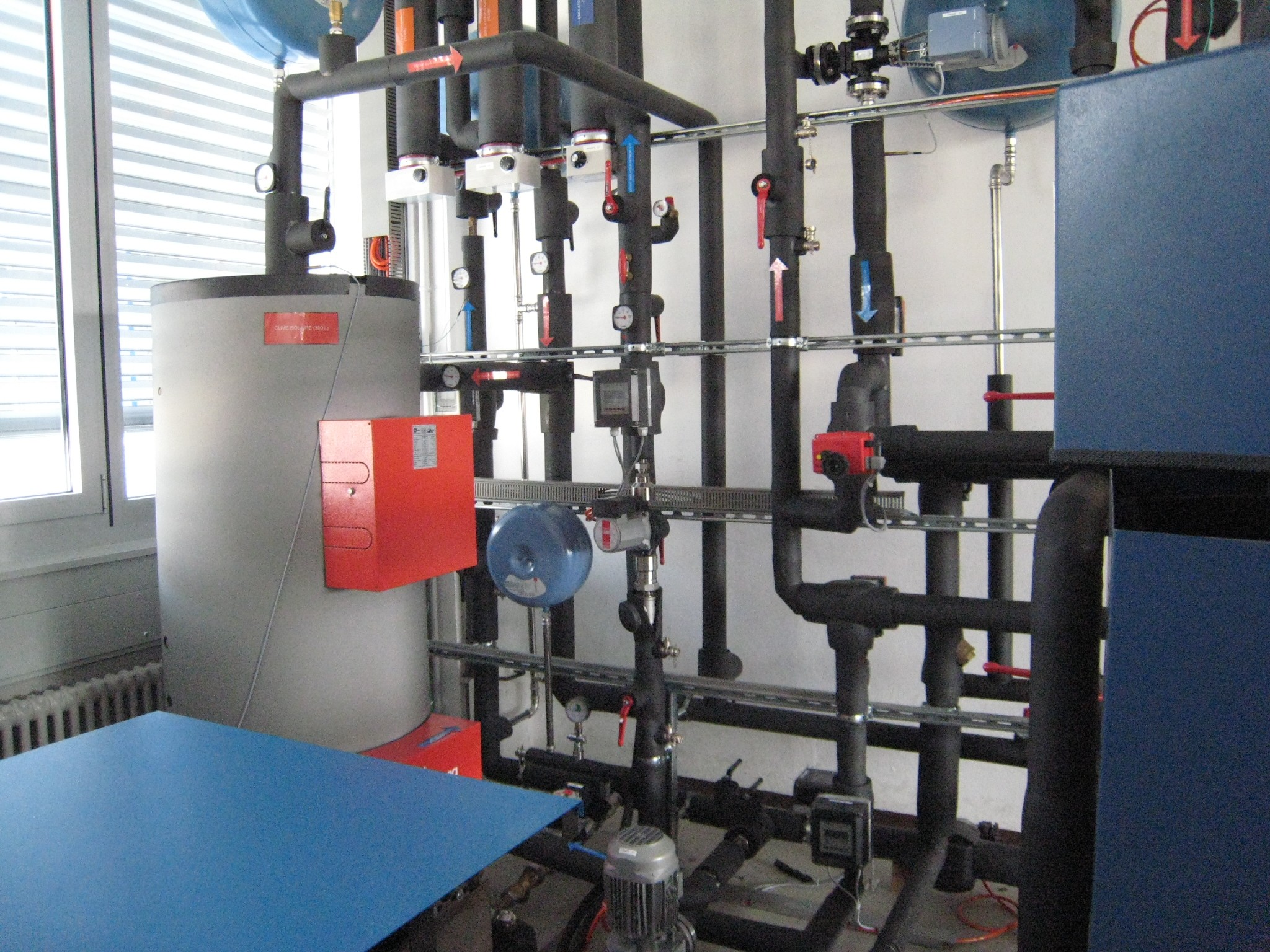 For experiments in the laboratory: the thermohydraulic system simulates the functioning of an adsorption heat pump.
