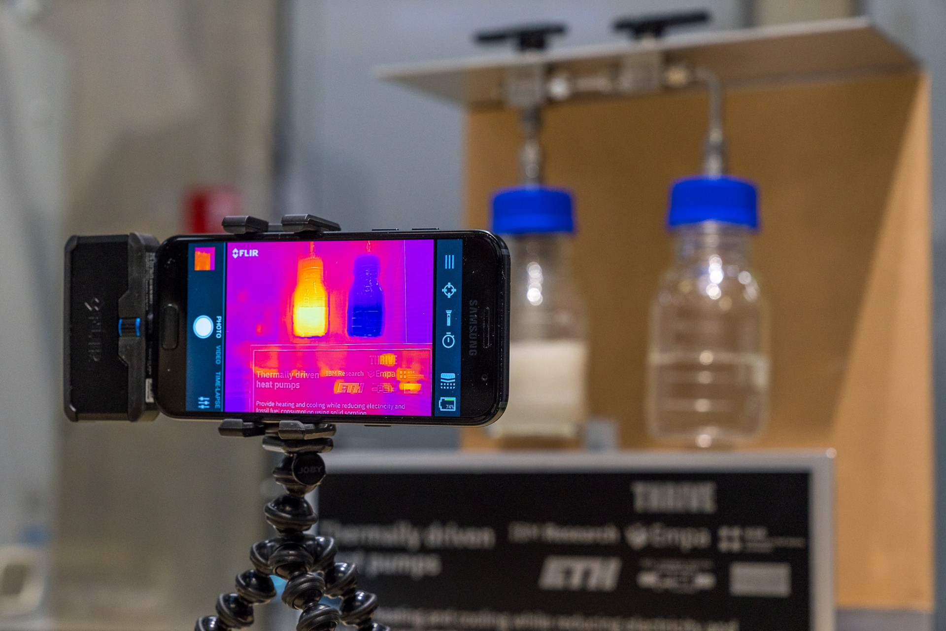 Visible heat: an infrared camera shows the temperature differences during an adsorption process.