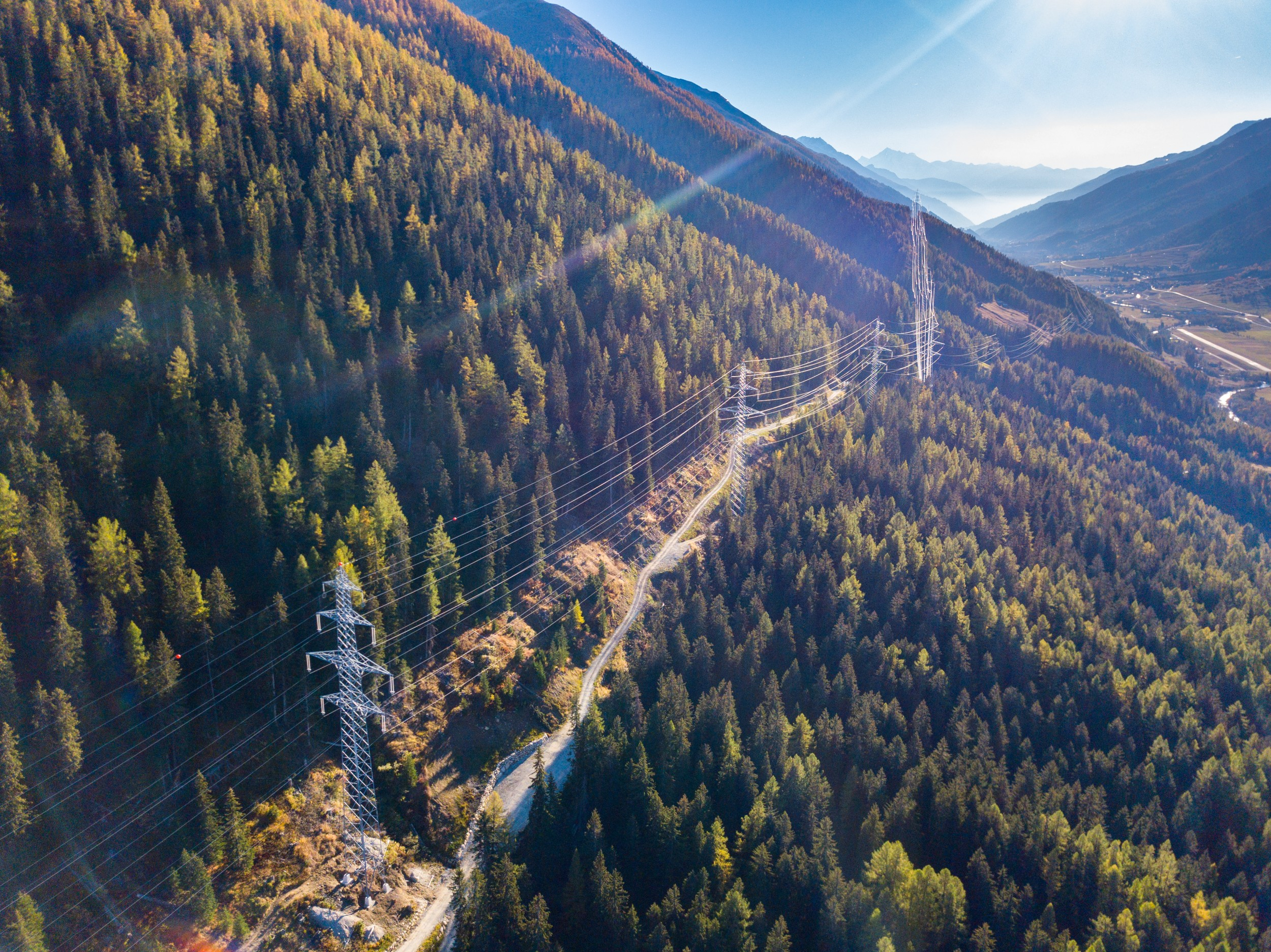 High-voltage lines are a necessity for interruption-free import of electricity into Switzerland: a line in the Canton of Valais.