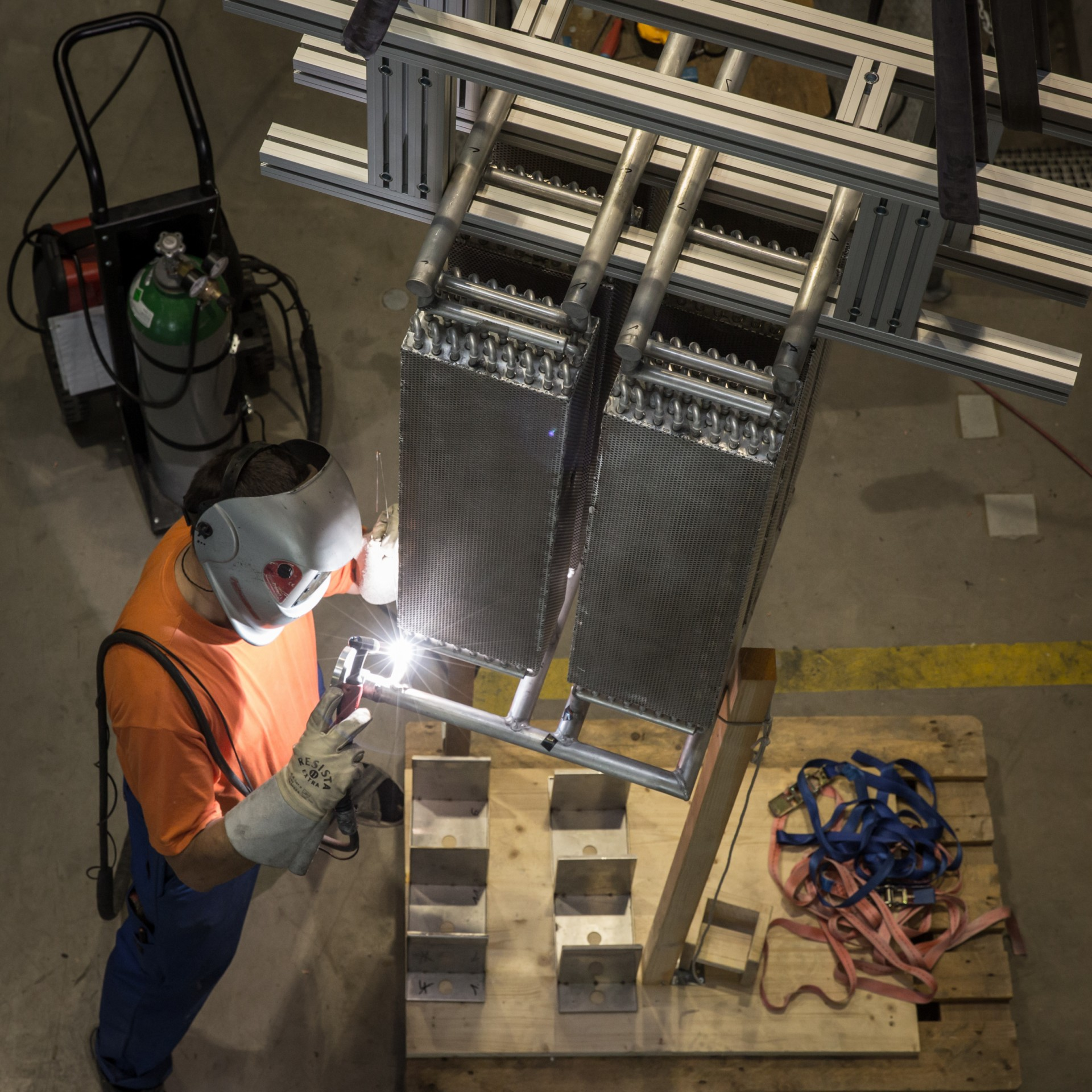 The new heat pump takes shape: Walter Camenisch from the University of Applied Sciences Rapperswil welds the heat exchanger elements together.