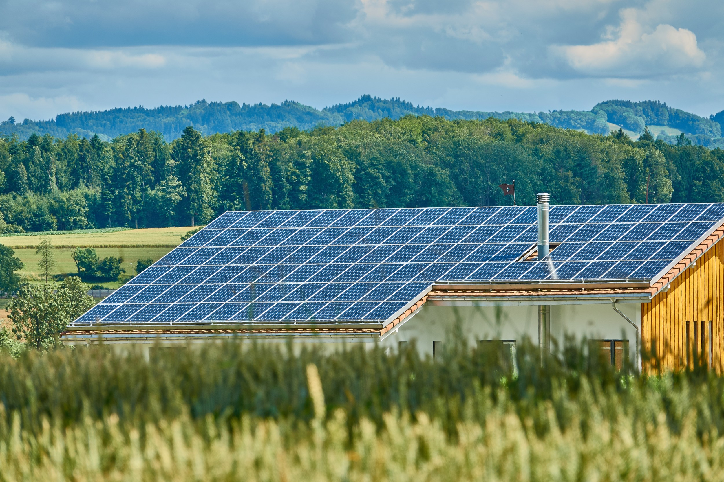 The more decentralised energy sources such as photovoltaic systems feed the power grid, the more important it is to offset fluctuations.
