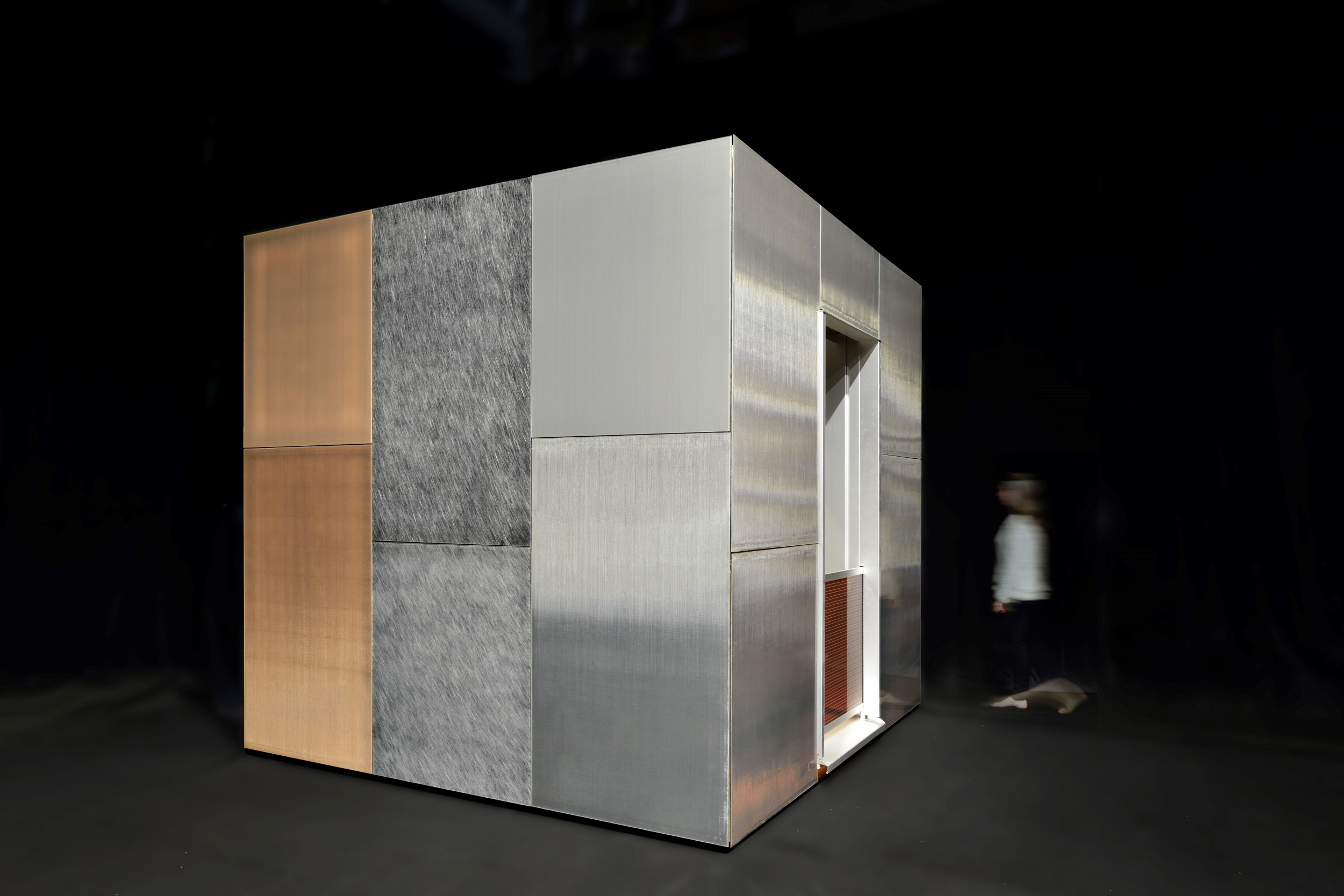 The demonstration cube shows the aesthetic and technical possibilities of new facade elements with integrated photovoltaics in their original scale.