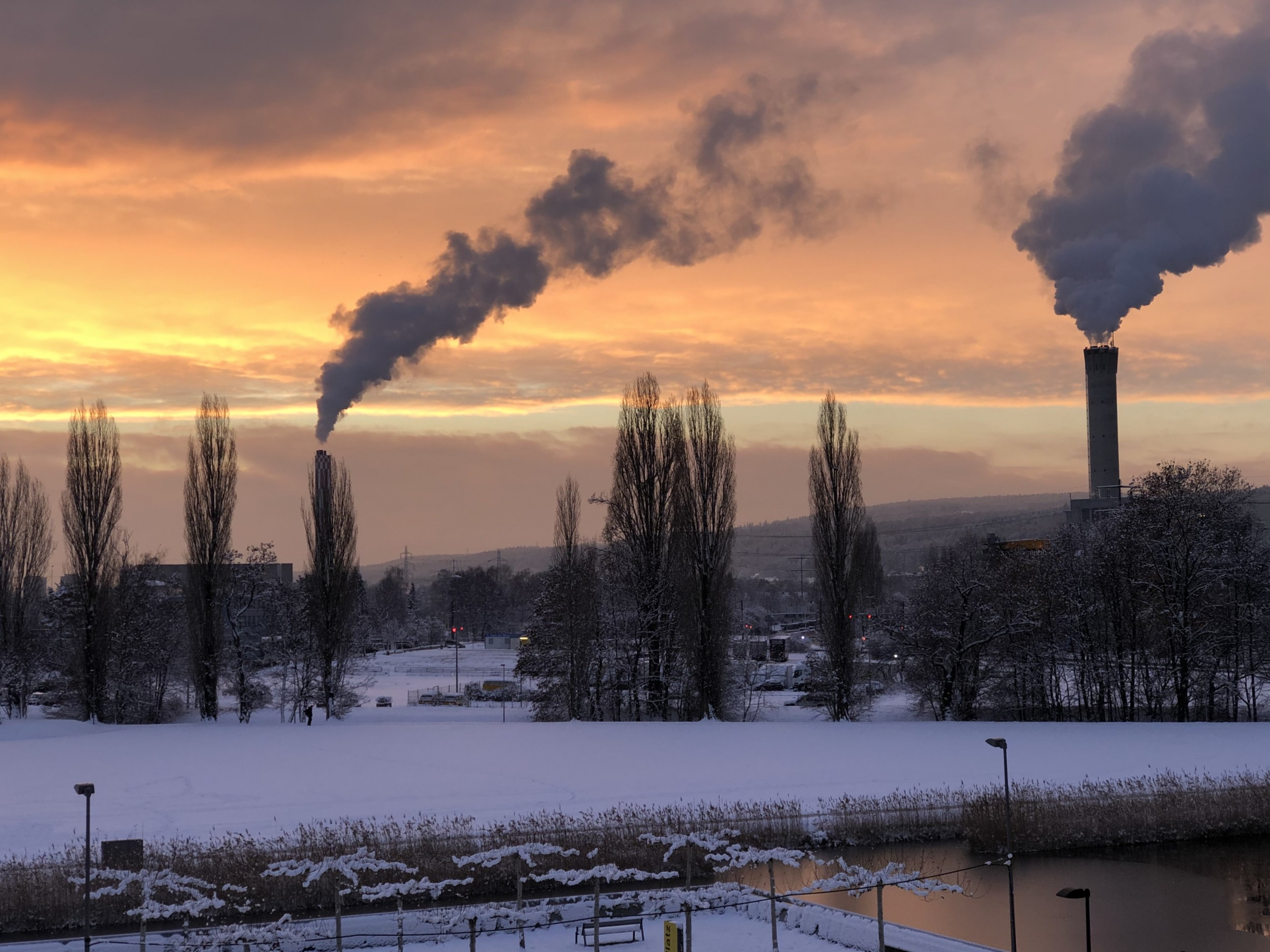 The positive side of waste: at the Hagenholz waste incineration plant in Zurich (right), the incineration heat is captured and utilised. Together with the Aubrugg wood-fired power plant (left in the image), the plant supplies the majority of the district heating grid of the city of Zurich.