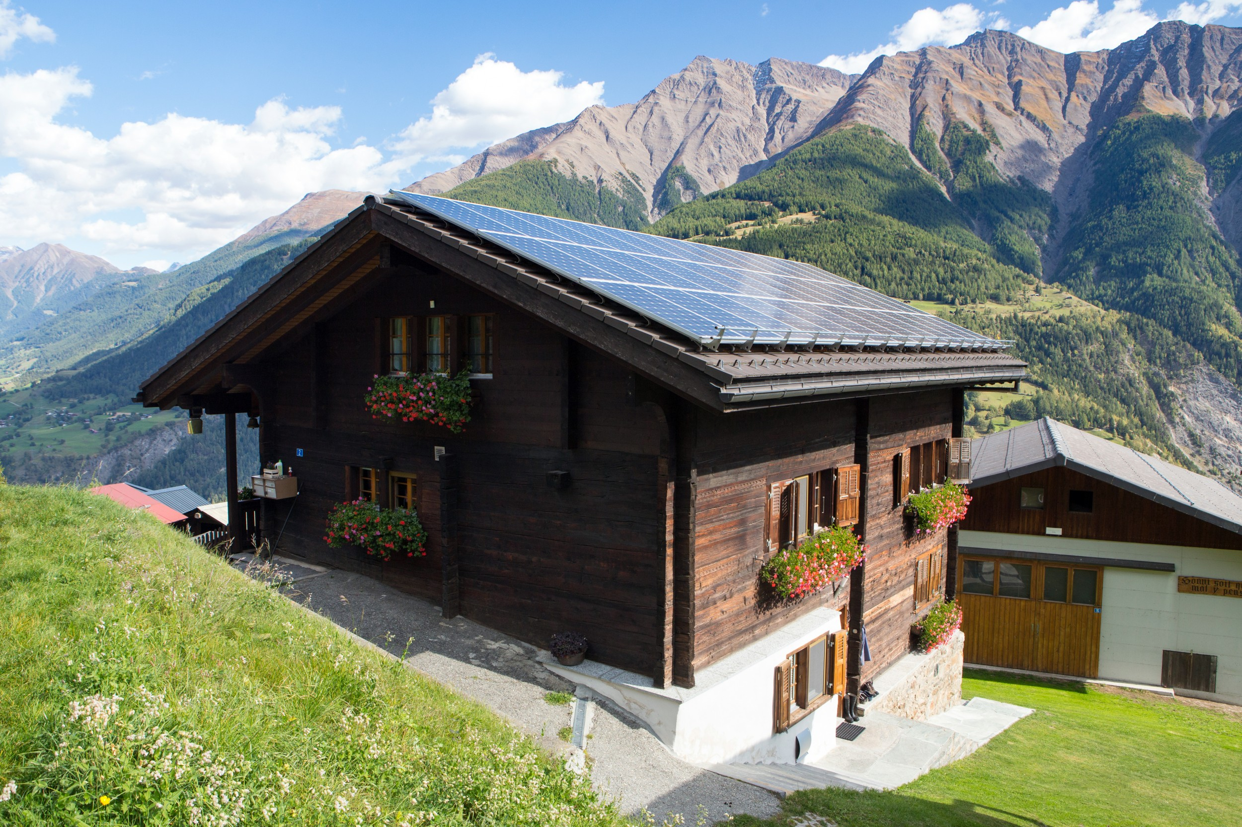 Before becoming an ideal addition to any roof, the tandem solar cell developed by Swiss researchers must offer better weather resistance.